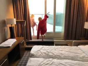 Trevligt hotellrum med två våningar. Barnen gillade balkongen. Scandic Holmenkollen Park.