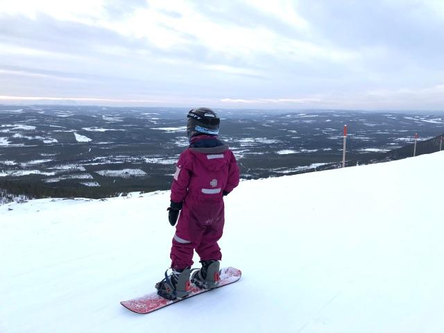Snowboard i Björnrike. Astrid åkte bräda två dagar och slalom fyra dagar. Längd åker vi sällan med barnen på sportlov. De gillar längd, men de tycker utförsåkning är roligare, precis som jag gjorde när jag var liten.