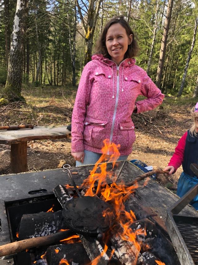 Våffeljärn i elden vid trädstugan i Källeberg på Sjuhärdadsleden