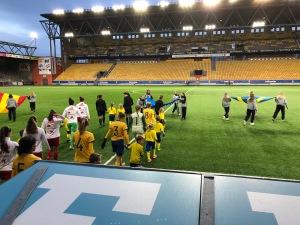 Sjömarkens IFs fotbollstjejer födda 2011-2012 (där Astrid spelar) fick vara maskotar på F17-landskampen i Borås igår. Alltså gå hand i hand med spelarna och domarna in på plan. Astrid jag pirrig och tyckte det var jättespännande. Även Maj fick vara med då de hade ett bortfall. Efteråt såg vi första halvlek.