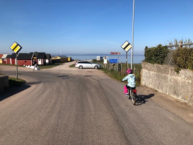 Vejbystrands hamn. Astrid på cykel och jag i löpskorna.
