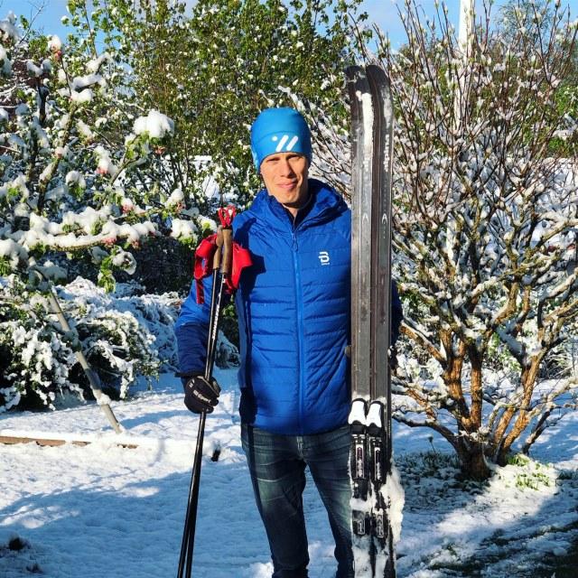 Skidåkning med turskidor i trädgården i Borås 4 maj 2019