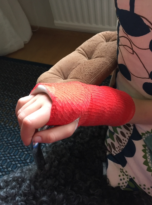Astrid ramlade av en gunga när vi var på lekplatsen vid Sjömarkens badplats på Valborg så nu är det lite svårare att cykla. Gips i tre veckor efter en handledsfraktur.