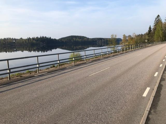"""Astrid och jag beskriver alltid Viaredssjön de dagar då vi cyklar till skolan från Sjömarken till Sandared. Här är en solklar """"spegelblank""""."""