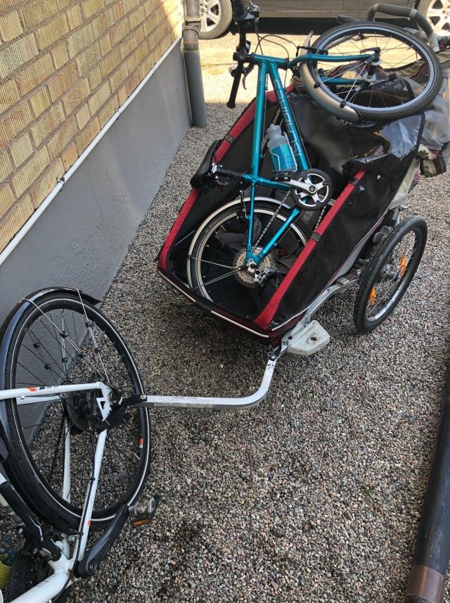 Eftersom Ida hämtar så får jag ta med Astrids cykel (Islabikes 20 tum) i Charioten. Vad gör man inte för att normalisera cykling som ett transportsätt för barnen!