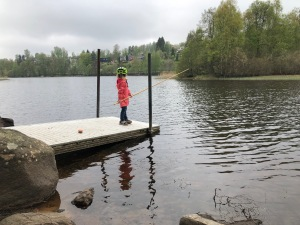 Maj, Stig och jag gick ner till Viaredssjön för att meta en dag förra veckan. Det blev inget napp. Maj sade att det berodde på att jag inte var tillräckligt tyst. Tack till Erik Thiberg som hjälpte till med lina och krok.