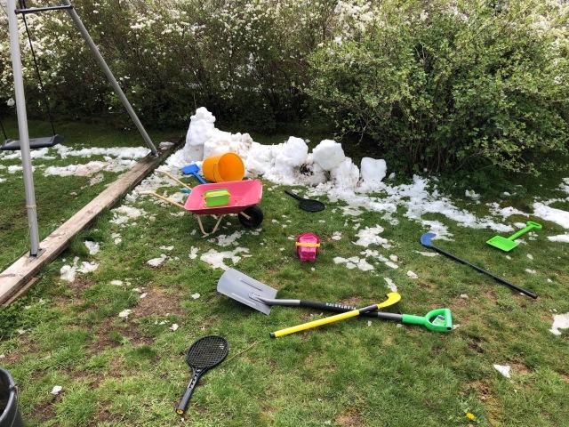 """Barnen var ute kl 07.30 i söndags och byggde en """"snögrotta"""" som hade smält bort några timmar senare"""