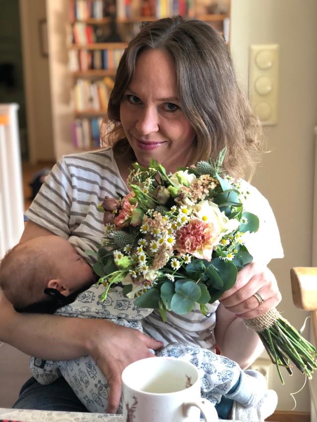 Idag är det dags för bröllop. Här syns Ida, Stig och blommor.