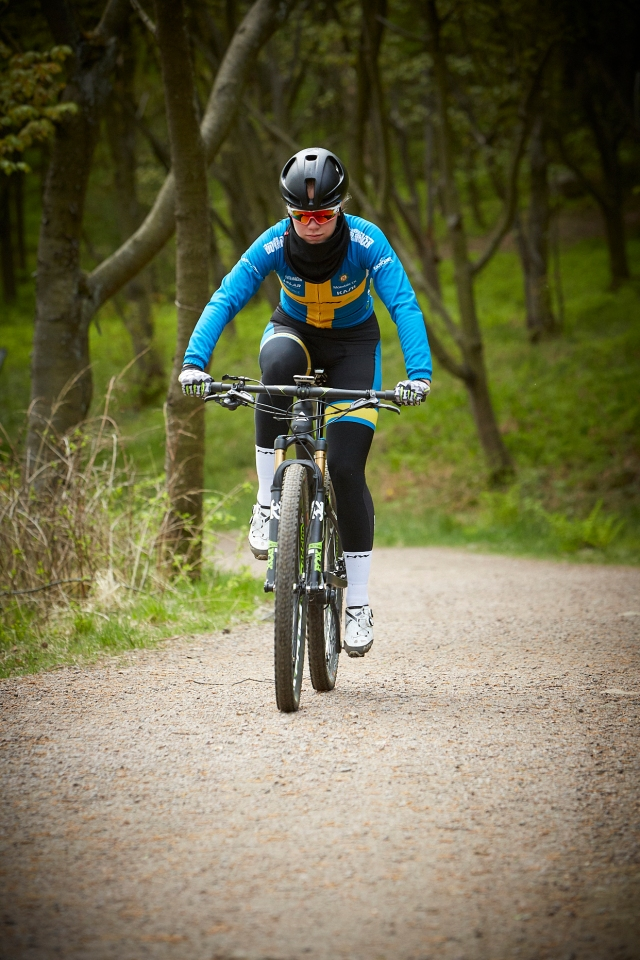 Ella Holmegård cyklar MTB i Änggårdsbergen i Göteborg. Foto: Tomas Eriksson.