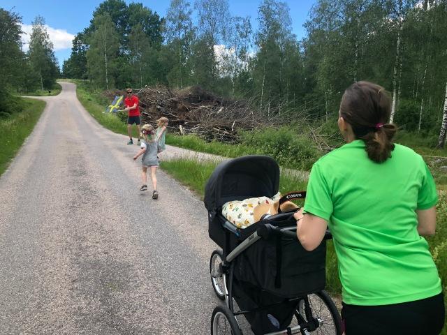 Ida springer med i barnloppet med Stig i joggingvagnen