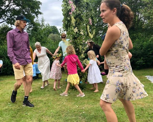 Dans runt midsommarstången