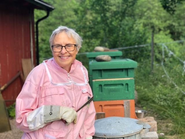 Anneli Pettersson är min svärmor. Och biodlare. Hennes tre döttrar lagade god mat till hennes kalas i lördags.