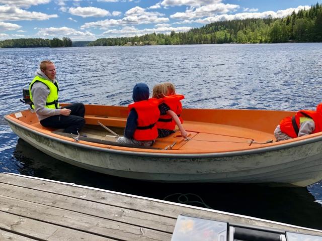 Mattias Nilsson kör en klara barn i min och Idas Askeladden som inhandlades av mina föräldrar sent 80-tal alternativt tidigt 90-tal. Liksom Mariner-motorn på 4 hk.