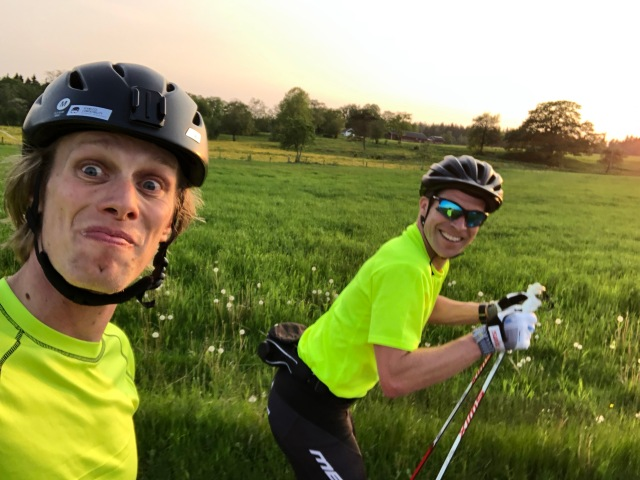Peter Rosén och jag på rullskidor.