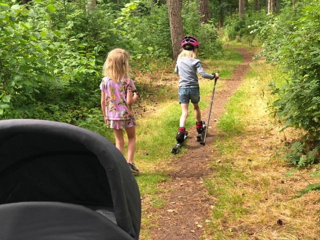 Både Astrid och Maj vill ta rullskidorna ibland när vi rör oss i Vejbystrand