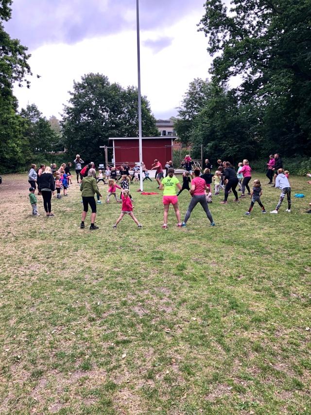 Röris på italienska ängen i Vejbystrand. Drygt 30 barn på barngympan. Drygt hundra vuxna på vuxengympan. Trevlig familjegrej.
