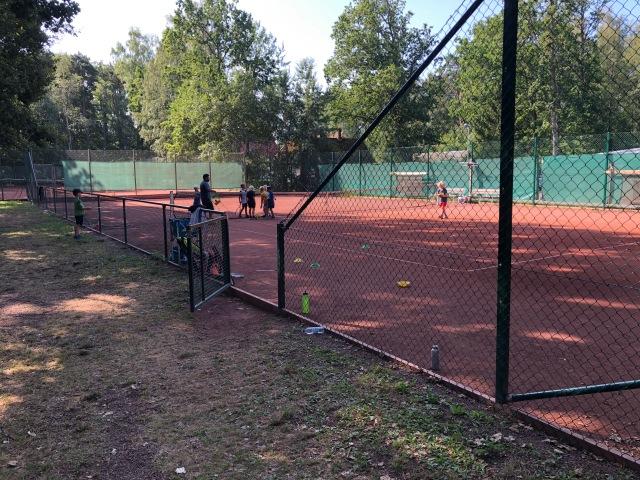 Astrid och kusin Viking gick en andra vecka med tennisskola i Vejbystrand. Nu vill Astrid börja med tennis som aktivitet i höst. Vi får se. Det är redan en hel del.