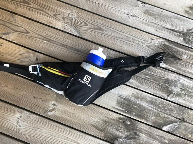 Vätskebälte för ultralöpning. Först två varv utan vätskebälte, sedan ett varv med. Det är flaskbälte mitt förstaval för löptävling, framför olika typer av ryggsäckar och västar.