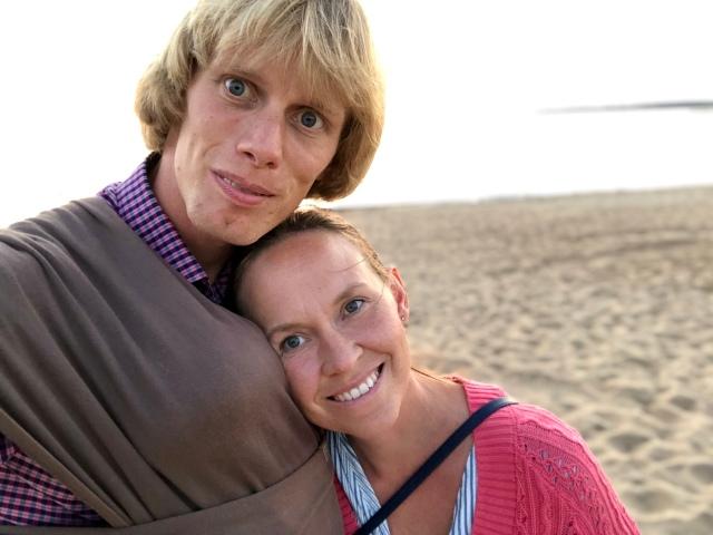 Ida och jag har nu varit gifta i 10 år och 1 dag. Stig fick sitta i bärsjal på promenaderna i Havsbaden före och efter middagen.