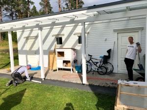 En klassiker hos familjen Nilsson. Mattias hänger på spaden och pappa Lars-Evert jobbar med händerna.