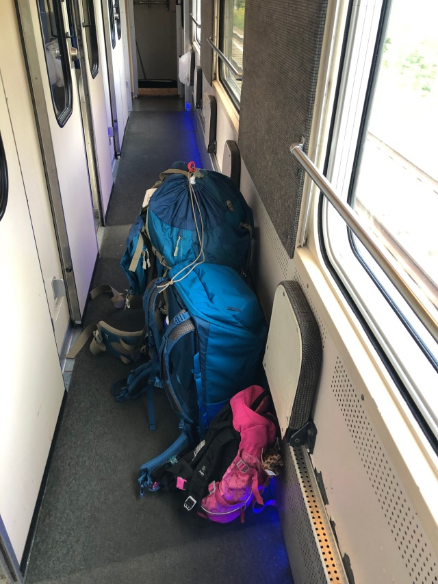 Vår packning på nattåget: Två ryggsäckar till mig och en till Astrid