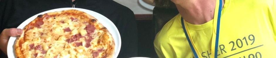 Niklas Bergh och jag med dubbelhawaii på pizzeria Torino i Mora. Det var där jag tog den första dubbelhawaiin efter att ha vandrat Vasaloppsleden med för lite mat 2011.