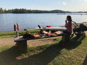 Fin kväll igår. Hela familjen Wickström gick till badplatsen i Sjömarken med SUP, flytvästar och Hawaii-pizzor.