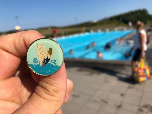 Jag tog plumsaren i somras när barnen hade simskoleavslutning. Första simmärket sedan jag var liten. Stolt.