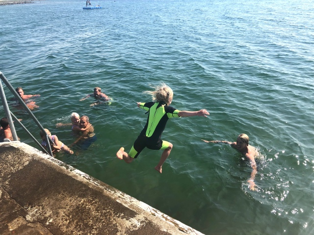 Ett av de sista doppen i Skåne i somras. Astrid hoppar i från piren i Magnarps hamn. Våtdräkt är f ö en bra grej för Astrid som annars lätt fryser.