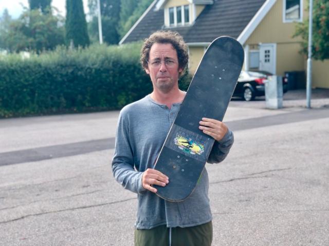 Niklas Bergh har nyligen byggt en miniramp nära sitt kontor på Värmdö. Denna bräda är dock längre än en vanlig skateboard.