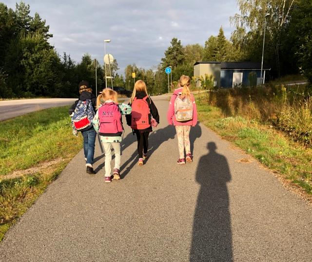 Astrid har börjat i ettan. Nu när Sjömarkenskolan byggs om tar hon bussen in till Gässlösa. Hon behöver gå strax före 07.00 hemifrån och sällskapar med tre andra barn. Att gå upp kl 06.15 är tidigt för Astrid. Barnen har tidigare haft möjlighet att kunna sova lite längre. Astrids morgonhumör kan ibland vara suboptimalt, för att uttrycka sig milt.