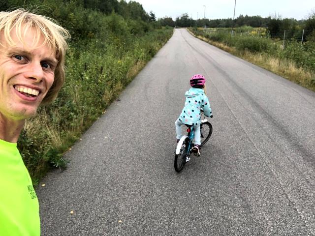 9,5 km löpning en kväll när bara Astrid och jag var hemma. 4.45-fart. Riktigt trevligt. Vi höll oss till ganska flacka partier uppe i Viared. I uppförsbackarna behöver jag knuffa på Astrid. På platten och nedför cyklar hon själv.