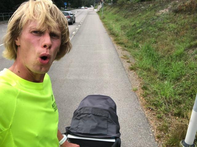 Det har blivit några pass med Stig framåtvända i Thule Glide på sistone. Här efter 4 st 1 km-intervaller på flack asfalt mellan Sjömarken och Sandared längs Viaredssjön. 3.25 min i snitt med 1 min vila.