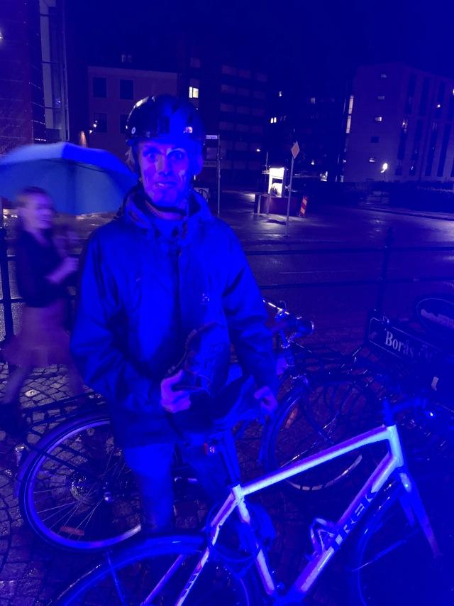 Jag hade med mig cykelskor och pulsband så jag fick till träningen igår. Cyklade hem kl 22.15 och fick ta en omväg hem för att skrapa ihop 20 min, som jag försöker träna varje dag.