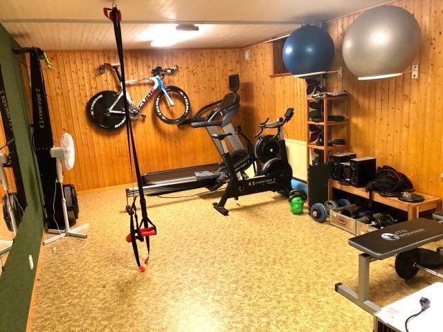 Atletklubben hemma i källaren med SkiErg, BikeErg, roddmaskin, styrkeredskap och nu också löpband.