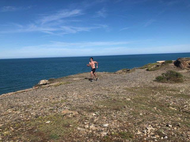 Jesse Carlstrom springer i Port Vendres, där tog en 5 km lång vandring med flera hundra höjdmeter. Genrebild löpning.