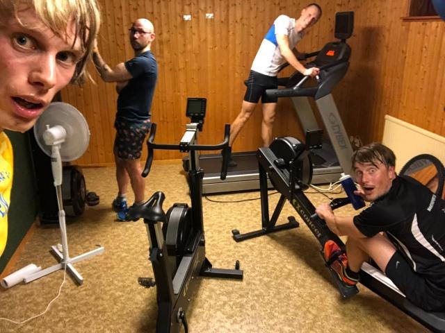 Jag, Tobias Magnusson, Martin Josefsson och Erik Thiberg i atletklubben hemma i källaren.
