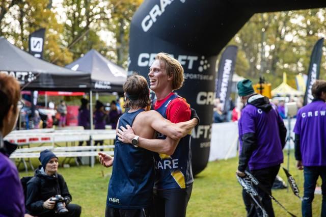 En fin kram av en fin vän. Erik Wickström vinner Rya Åsar Trail Run 2019 före Jakob Böhm.