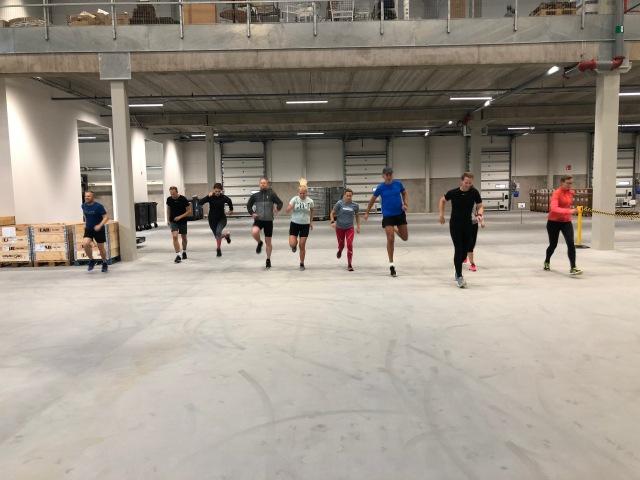 Löpträning inne på Fristads lager