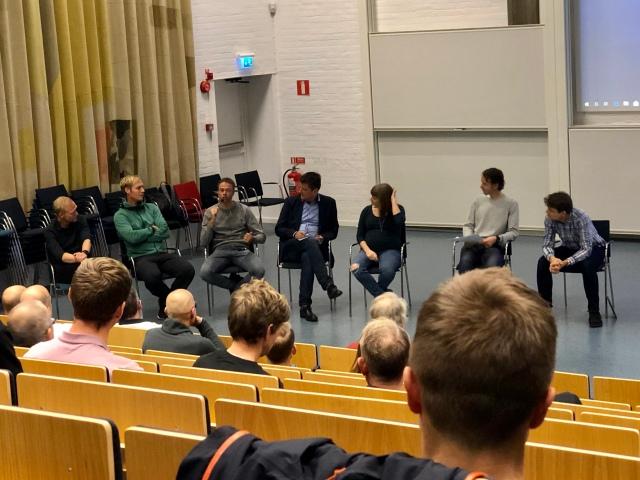 Paneldiskussion med bl a Mattias Reck (första gången vi träffades IRL, trevligt), Mikael Mattsson och Daniel Svensson. Han längst till vänster minns jag inte vad han hette, men vi sågs på akuten i Borås på valborg då Astrid hade brutit handleden.