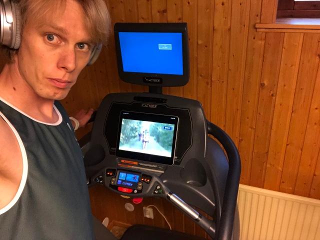 Bilden kunde varit på Adam Steen, som har samma hörlurar, samma löpband och också kläder från det i Borås grundade företaget YMR Track Club. Vi båda har funderat på skärmen. Den har koaxialutgång och VGA-utgång. Så visst finns det möjligheter. Men en stor iPad med bluetoothhörlurar är nog ändå det smidigaste.