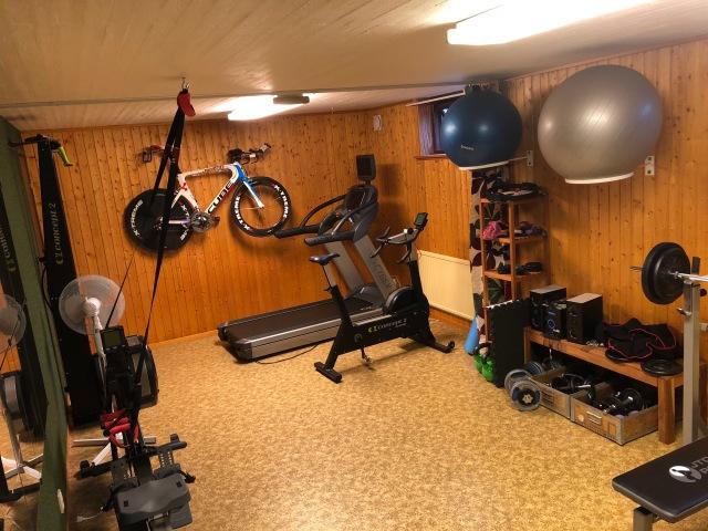 Så här såg det ut i atletklubben hemma i källaren igår. Det finns för- och nackdelar med hemmagym, men jag gillar det.