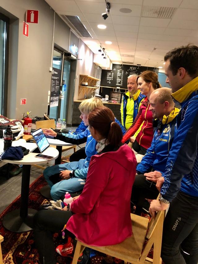 Videoanalys med ungdomstränarna i Hestra IF i Skidome efter skidlektionen.
