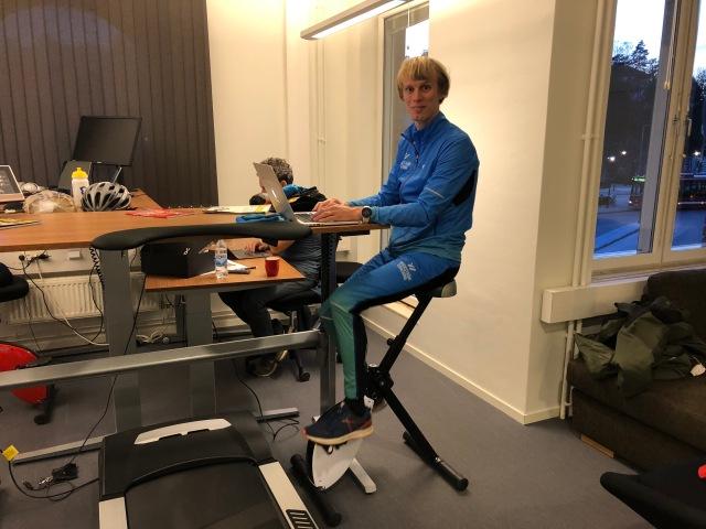 Skrivbordscykel från SportOffice. Testade när jag var på Springtimes kontor i Alvik och hämta böcker (Smart konditionsträning). Funkade mycket bättre än jag trodde. Blev sugen på en! Passade också på att prata lite med Bicyclings chefredaktör Daniel Breece.