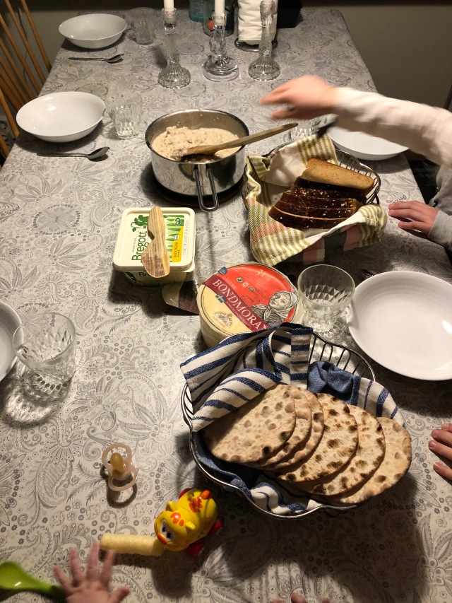 Astrids kompis Junis sov över förra helgen. Hur glad blir man inte av att vakna till att de två sjuåringarna har gjort frukost till hela familjen. De lyckades båda koka gröt och brygga kaffe.