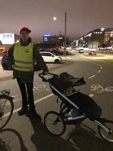 Att promenera på cykelbanor är enligt mig en dödssynd. Men det var folktomt en söndagskväll så Linnéa ta en bild när jag stod där.