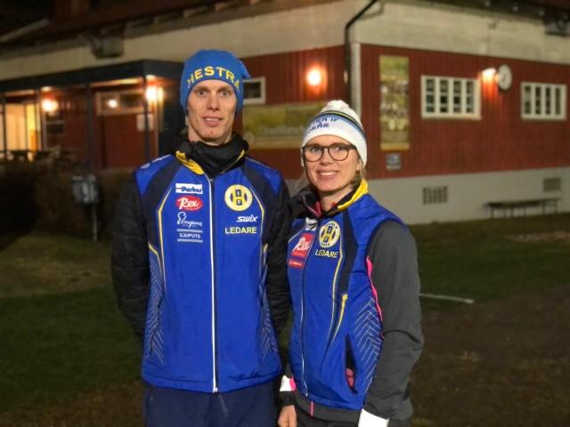Erik Wickström och Ellen Lindell vid Hestrastugan i Borås. Min mössa är något äldre, den tävlade jag alltid i som liten. Men hennes har också ett par decennier på nacken.