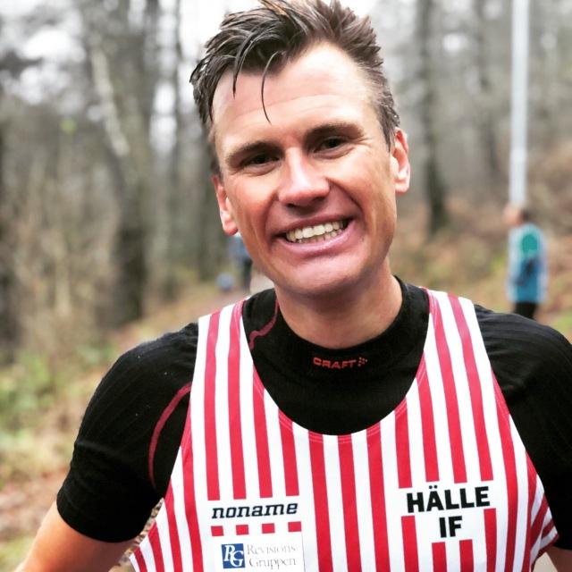 Linus Wirén slog svenskt rekord i samband med Borås 6-timmars runt Byttorpssjön. 91,5 km. 3.56 min/km i snitt. Mäktigt. Jag tog en paus från den årliga ljusstöpningen hos Aggeryds för att ta emot honom.