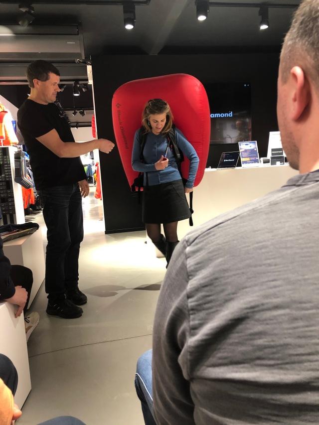 Jag föreläste på Norrønas butik i Göteborg nyligen och fick där se min första lavinryggsäck.