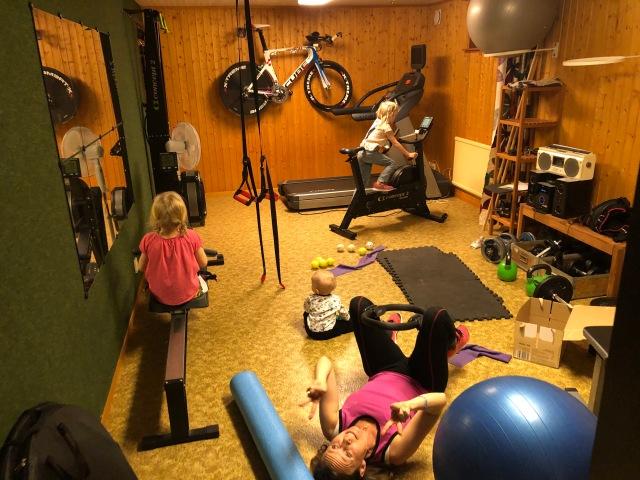 Familjen Wickström i atletklubben hemma i källaren